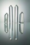 Natürliche Kristallsteine mit Reflexion auf dem Weiß zurück belichtet Stockbild