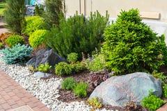 Natürliche Landschaftsgestaltung im Hausgarten Lizenzfreies Stockbild