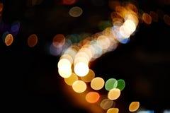 Natürliche Linse verwischte Farbe-bokeh auf dunklem Nachtleben des Stadthintergrundes Lizenzfreie Stockfotografie