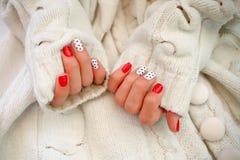 Natürliche Nägel, Gelpolitur Schöne Hände mit Maniküre in einer weißen Strickjacke lizenzfreies stockbild
