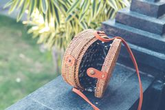 Natürliche organische handgemachte Rattanhandtaschennahaufnahme nude stockbild