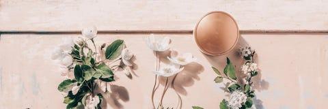 Natürliche organische Kosmetik: Serum, Creme, Maske auf hölzernem Hintergrund mit Blumen Skincare Konzept stockfotos
