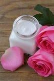 Natürliche organische Kosmetikcreme und stieg lizenzfreie stockfotos
