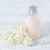 Natürliche Pflegespülungs- oder Shampoo- oder Körperlotion mit frischen Blumen Stockfoto