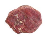 Natürliche Probe des roten Jaspiskopfsteins lokalisiert auf weißem Hintergrund stockbild