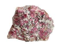 Natürliche Probe von eudialyte Kristallen im Nephelinsyenit lokalisiert auf einem weißen Hintergrund Lizenzfreie Stockbilder