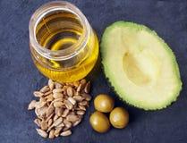 Natürliche Quelle von Vitamin E - Sonnenblumensamen, Oliven, Avocado, Pflanzenöl stockfotografie
