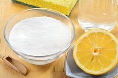 Natürliche Reiniger. Essig, Backnatron, Salz und Zitrone. lizenzfreie stockfotos