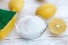 Natürliche Reiniger, Zitrone und Backnatron stockfotos
