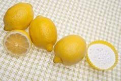 Natürliche Reinigung mit Zitronen und Backen-Soda Stockbild