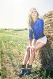 Natürliche saubere und schöne blonde Mädchenfrau heuschober Lizenzfreies Stockfoto
