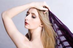 Natürliche schöne Frau mit einem Schal Lizenzfreie Stockbilder