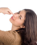 Natürliche Schönheit, die auf ihre Wekzeugspritze zeigt Lizenzfreie Stockfotografie