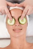 Natürliche Schönheitsbehandlung mit Gurke auf Augen Lizenzfreies Stockfoto