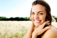 Natürliche schauende glückliche gesunde Frau lizenzfreie stockfotografie