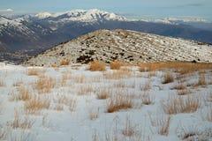 Natürliche schneebedeckte Landschaft in Abruzzo, Italien stockfotos