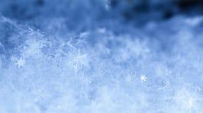 Natürliche Schneeflocken auf Schnee Lizenzfreies Stockfoto