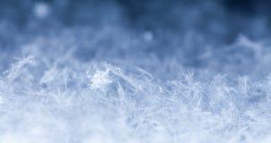 Natürliche Schneeflocken auf Schnee Lizenzfreie Stockfotos