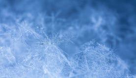 Natürliche Schneeflocken auf Schnee Stockfoto