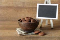 Natürliche Schokoladenplätzchen mit Moosbeeren und Haselnüssen Stockbild