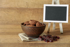Natürliche Schokoladenplätzchen mit Moosbeeren und Haselnüssen Lizenzfreie Stockfotografie