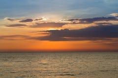 Natürliche Seeküstenskyline der Schönheit nach Sonnenuntergang Stockfotografie