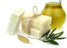 Natürliche Seife mit Olivenöl, daphne und Mohn stockfotografie