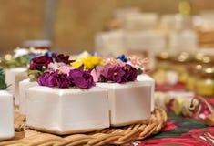 Natürliche Seife und Blumen Stockbilder