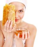 Natürliche selbst gemachte organische Gesichtsschablonen des Honigs. Lizenzfreie Stockfotografie