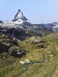 Natürliche Spur mit Ansicht von Matterhorn-Spitze im Sommer, Zermatt, die Schweiz, Europa Familien-Tätigkeiten, wandernd im wilde lizenzfreies stockfoto