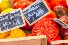 Natürliche Tomaten in den Kästen auf dem Markt des Landwirts Lizenzfreies Stockfoto