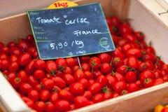 Natürliche Tomaten in den Kästen auf dem Markt des Landwirts Stockfoto