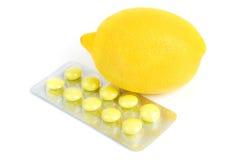 Natürliche u. synthetische Vitamine: Zitrone u. Poly-vitamin Lizenzfreies Stockfoto