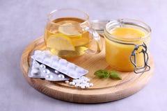 Natürliche und medizinische Erkältungsmittel auf Tabelle stockbilder