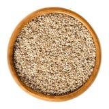 Natürliche weiße Samen des indischen Sesams in der hölzernen Schüssel über Weiß Stockfotos