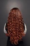 Natürlicher Brunette mit dem langen gelockten Haar Stockfoto