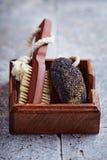 Natürlicher dunkler Bimsstein und Badebürste Lizenzfreies Stockfoto