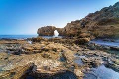 Natürlicher Felsenbogen, -klippe und -strand Lizenzfreies Stockfoto