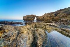 Natürlicher Felsenbogen, -klippe und -strand Lizenzfreies Stockbild