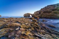 Natürlicher Felsenbogen, -klippe und -strand Stockfotos