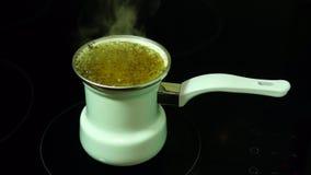 Natürlicher Getreidekaffee wird auf dem Ofen gekocht stock video