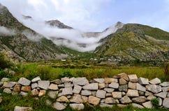 Natürlicher grüner Landschaftshintergrund in Himachal Pradesh, Indien an den Vorbergen von Himalaja Stockbilder