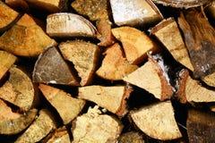 Natürlicher hölzerner Hintergrund, Nahaufnahme des gehackten Brennholzes Brennholz gestapelt und für Winter Stapel von hölzernen  Stockfotografie