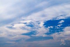 Natürlicher Hintergrund der Himmel mit Wolken Lizenzfreie Stockfotos