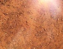 Natürlicher Hintergrund des heißen und trockenen Geländebraunbodens Stockfotos