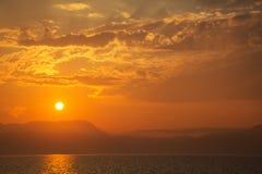 Natürlicher Hintergrund: Sonnenuntergang oder Sonnenaufgang auf dem Ozean Stockbild