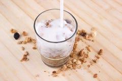 Natürlicher Joghurt mit muesli im kleinen Glas stockbild