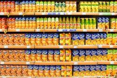 Natürlicher Juice Bottles On Supermarket Stand lizenzfreie stockbilder