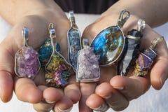 Natürlicher Kristall-und Stein-Schmuck stockfotos
