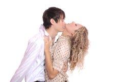 Natürlicher Kuss der Paare Stockfoto